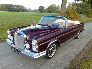 Mercedes-Benz 300 SE Convertible - rare in this colorway