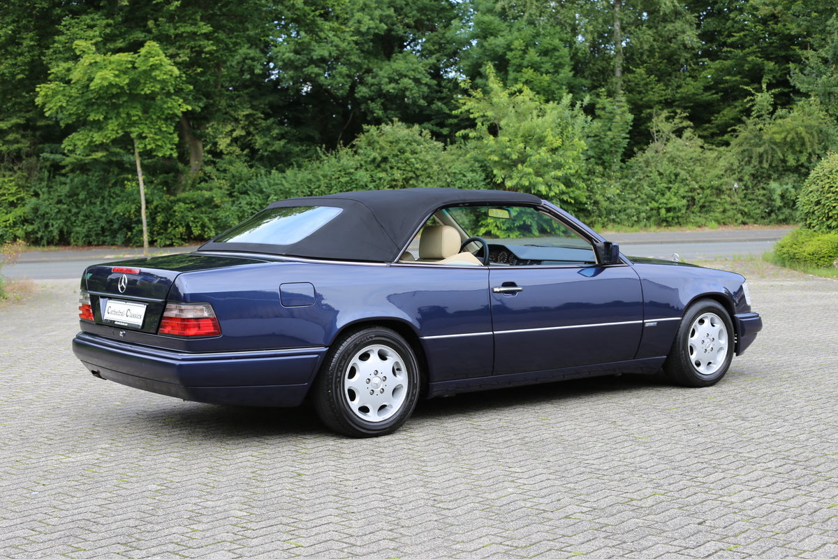1994 An exceptional Mercedes-Benz W124 E220 Cabriolet  For Sale (picture 2 of 6)
