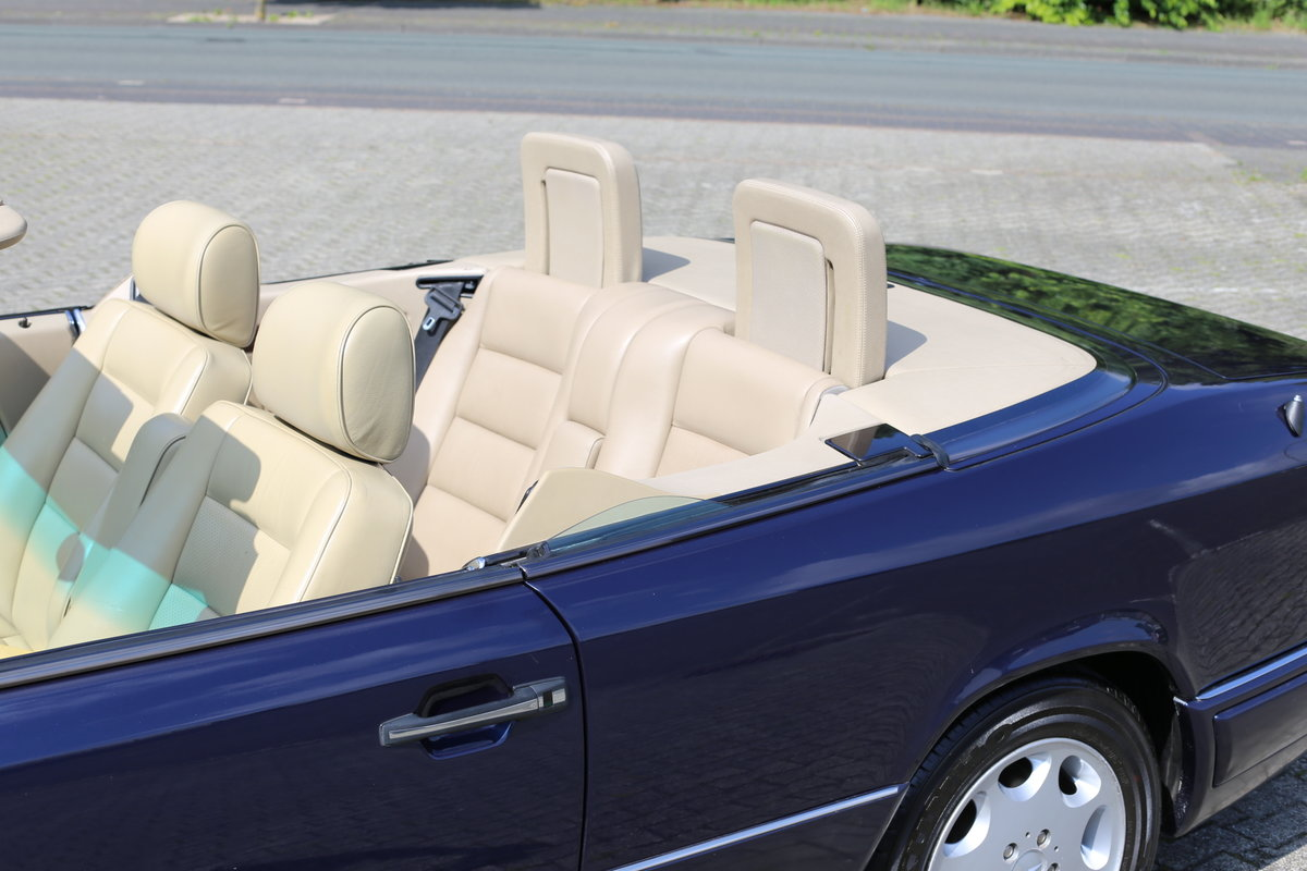 1994 An exceptional Mercedes-Benz W124 E220 Cabriolet  For Sale (picture 3 of 6)