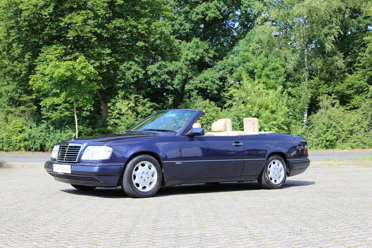 1994 An exceptional Mercedes-Benz W124 E220 Cabriolet  For Sale (picture 4 of 6)
