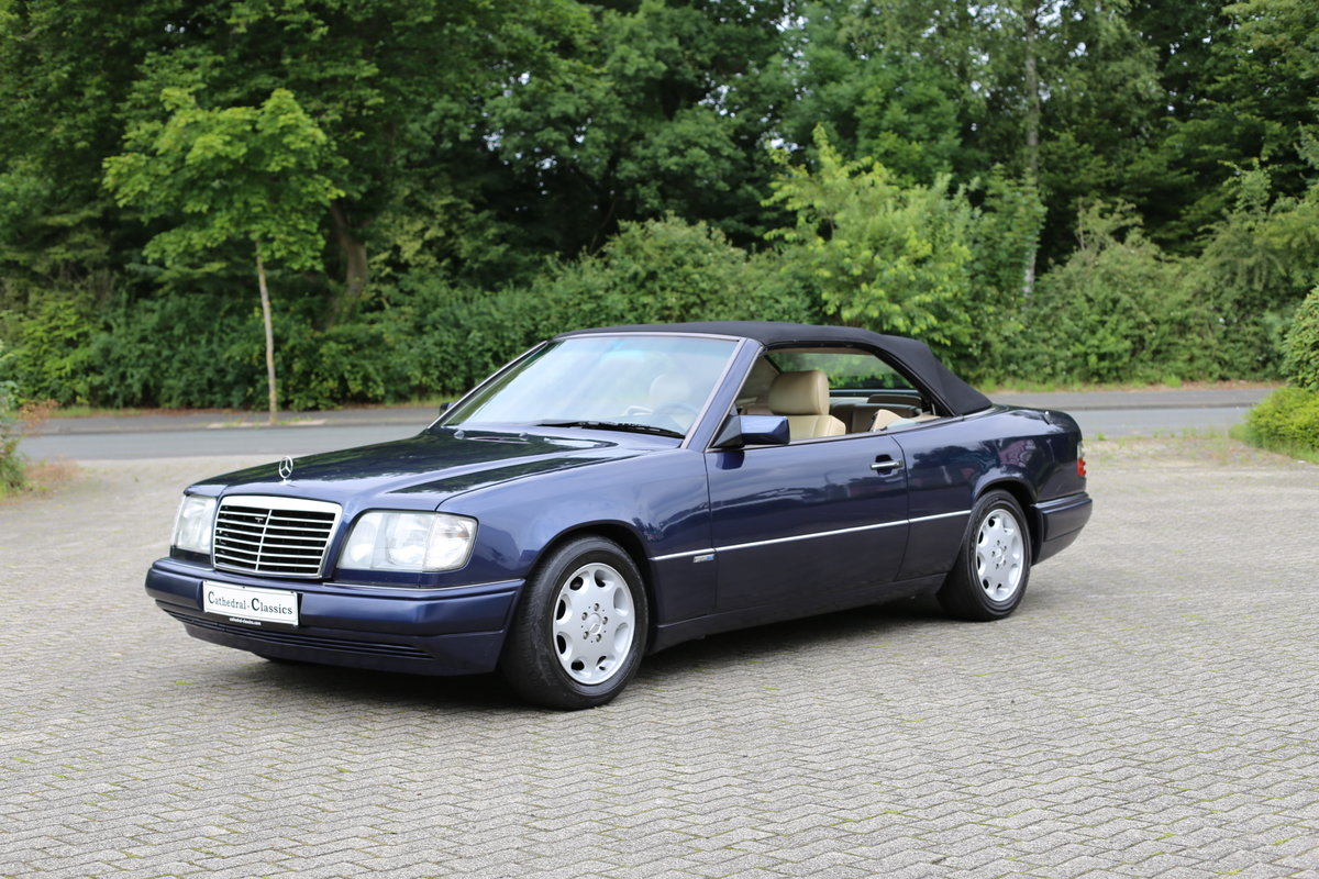 1994 An exceptional Mercedes-Benz W124 E220 Cabriolet  For Sale (picture 5 of 6)