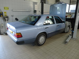 Superb - 260E Mercedes W124 Pearl Blue Saloon