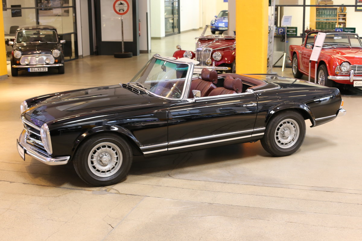 A fully restored, early production 1968 W113 Mercedes 280 SL For Sale (picture 8 of 12)