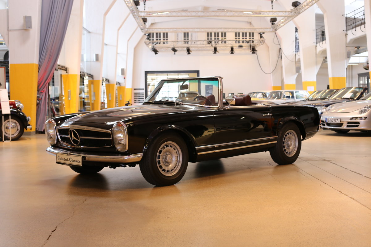 A fully restored, early production 1968 W113 Mercedes 280 SL For Sale (picture 10 of 12)