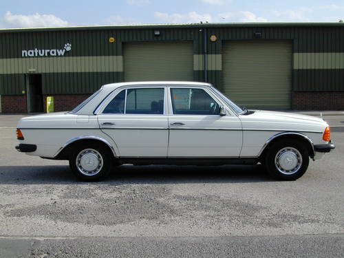 1985 MERCEDES BENZ W123 230e  AIR CON - RHD - COLLECTOR QUALITY! For Sale (picture 2 of 6)
