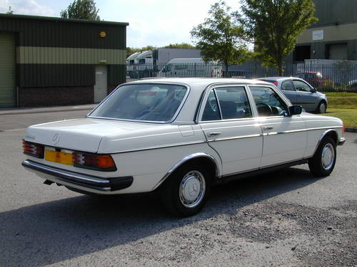 1985 MERCEDES BENZ W123 230e  AIR CON - RHD - COLLECTOR QUALITY! For Sale (picture 3 of 6)