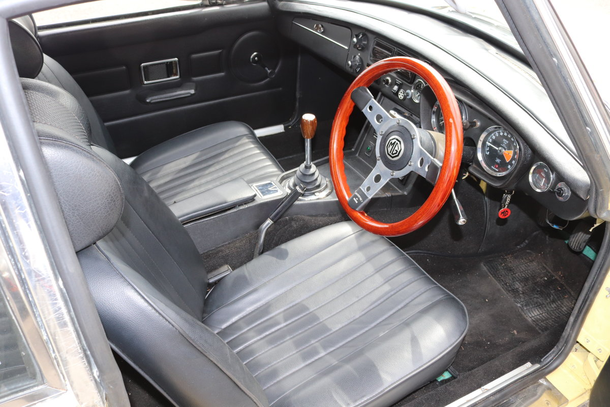 1972 MGB GT in Primrose , wires and overdrive For Sale (picture 3 of 5)