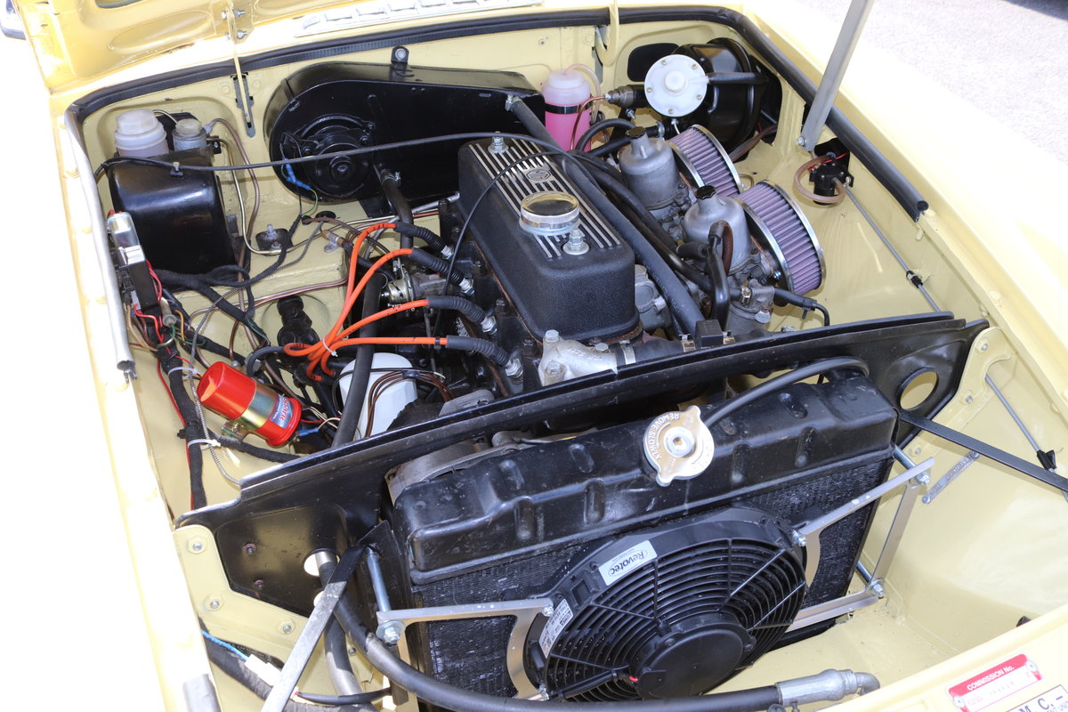 1972 MGB GT in Primrose , wires and overdrive For Sale (picture 4 of 5)