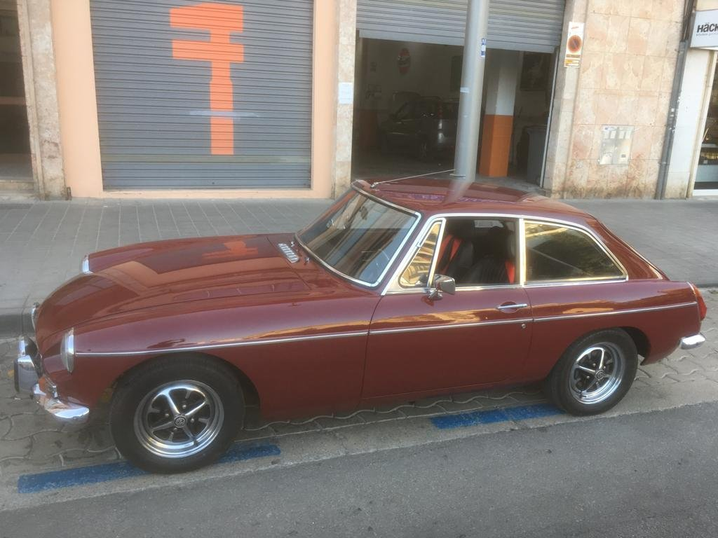 Magnificent restored 1973 MGB GT For Sale (picture 4 of 6)