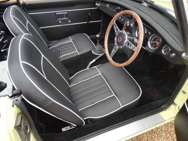 1974 MGB ROADSTER WITH OVERDRIVE STUNNING RESTORATION For Sale (picture 3 of 6)