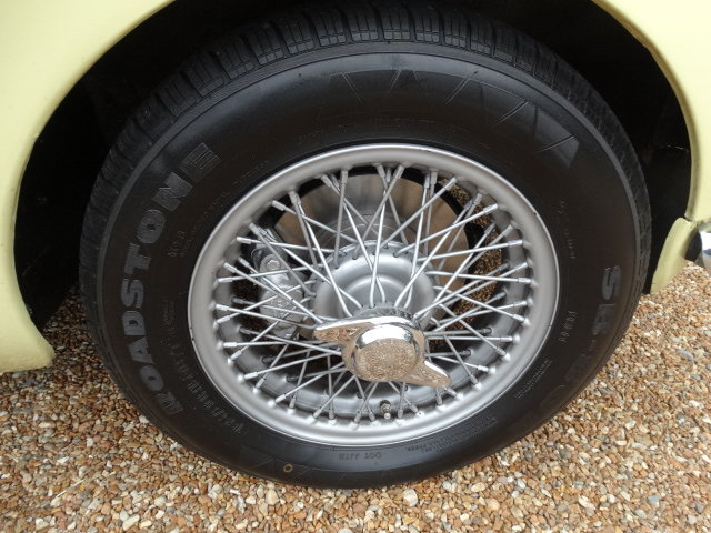 1974 MGB ROADSTER WITH OVERDRIVE STUNNING RESTORATION For Sale (picture 4 of 6)
