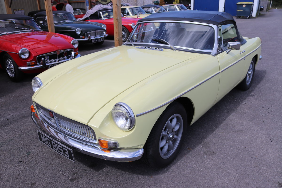 1980 MGB Roadster in Primrose, bare shell respray. For Sale (picture 1 of 6)