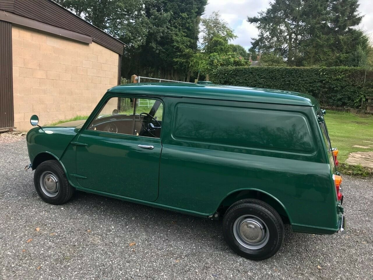 1969 MORRIS MINI VAN GREEN 17K STUNNING CONCOURS WINNER!!! For Sale (picture 2 of 6)