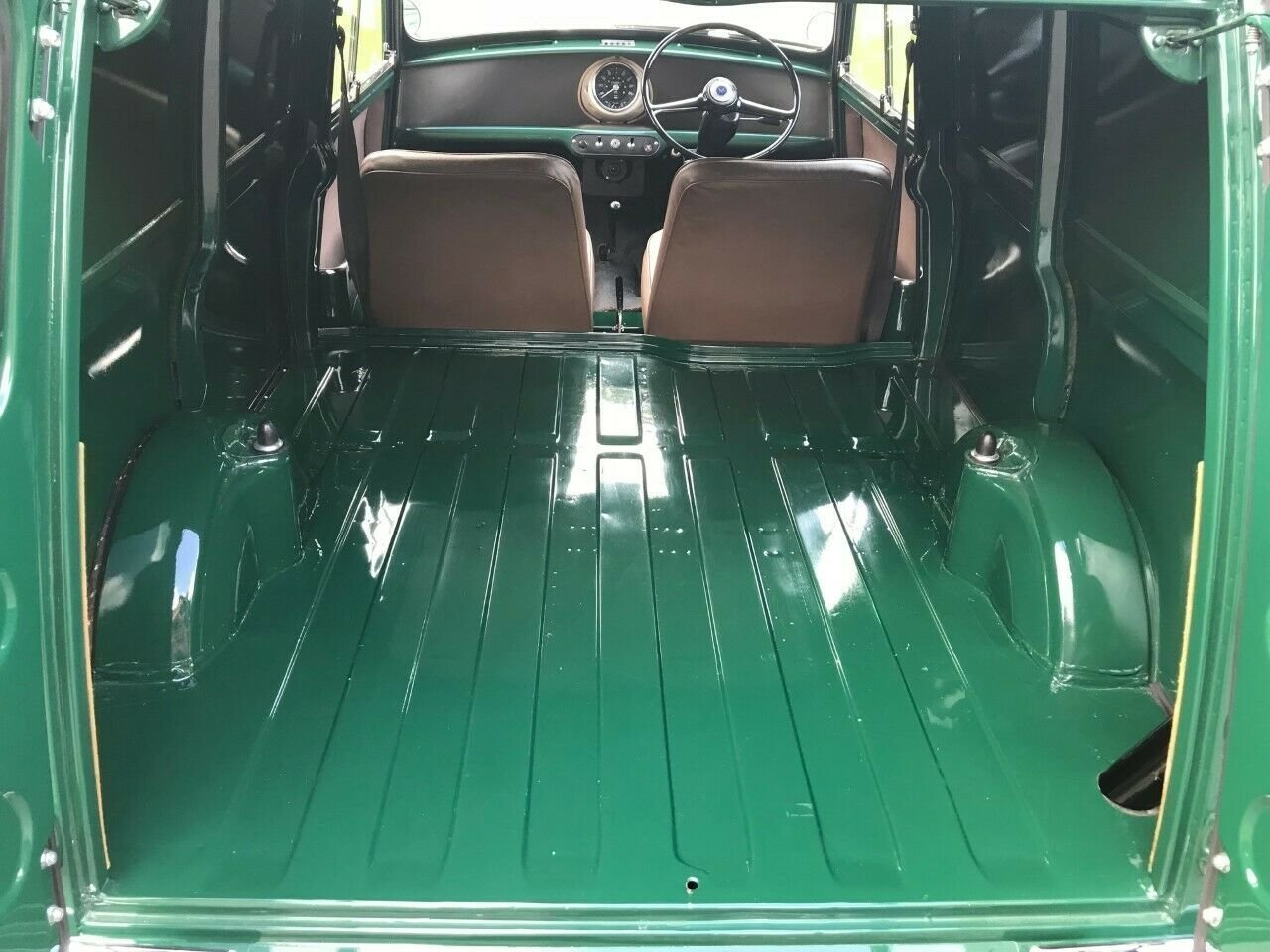 1969 MORRIS MINI VAN GREEN 17K STUNNING CONCOURS WINNER!!! For Sale (picture 5 of 6)