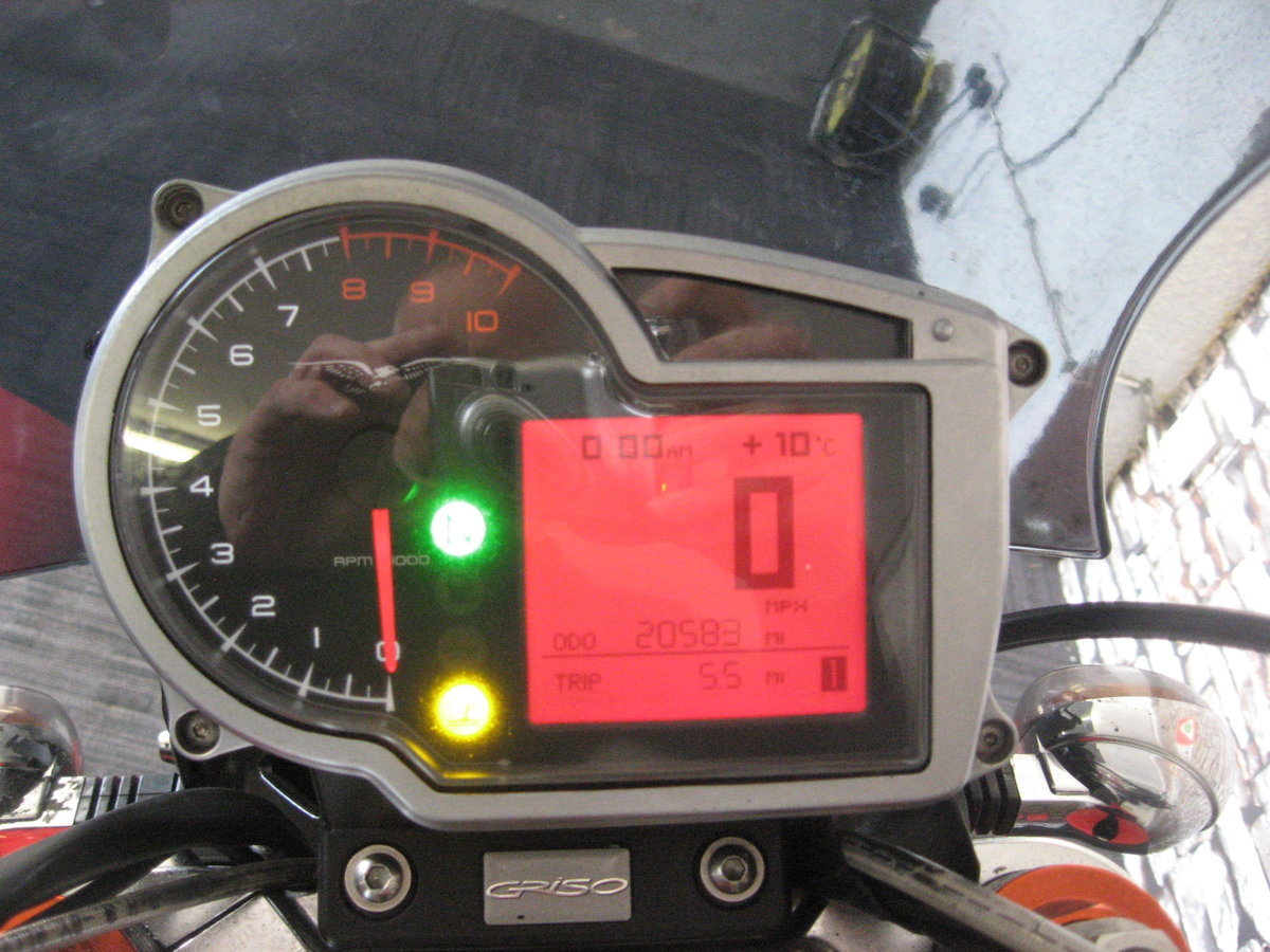 2006 06-reg Moto Guzzi Griso 1100 finished in red For Sale (picture 7 of 12)