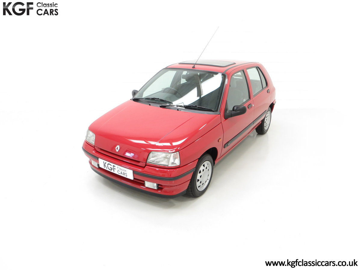1995 A Pristine Renault Clio Mk1 1.4RT with 16 Renault Stamps SOLD (picture 5 of 24)
