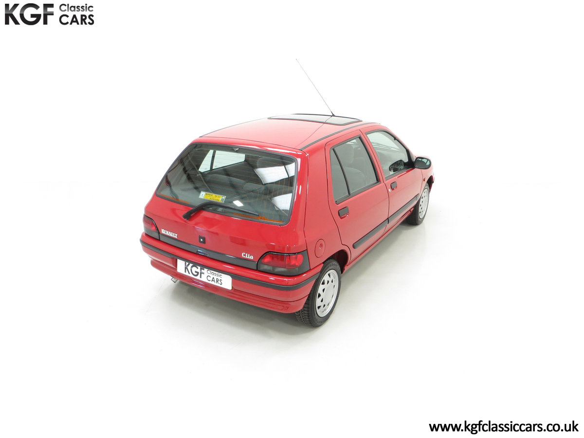 1995 A Pristine Renault Clio Mk1 1.4RT with 16 Renault Stamps SOLD (picture 12 of 24)
