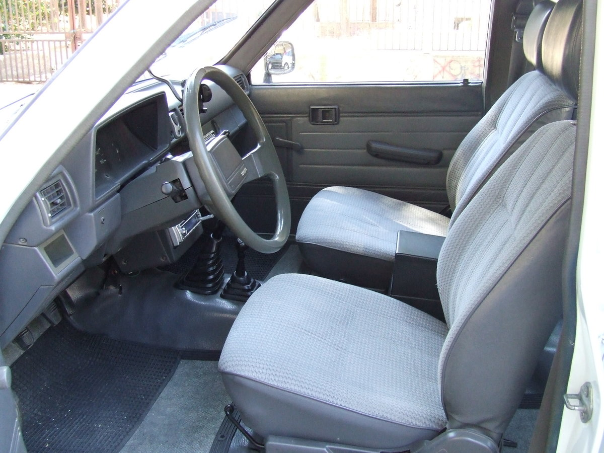 1988 Toyota HILUX For Sale (picture 3 of 5)