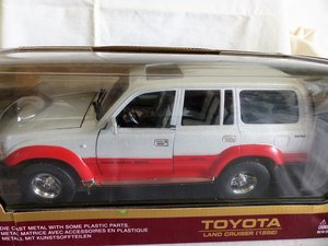 TOYOTA LAND CRUISER 1:18 DETAILED SCALE MODEL