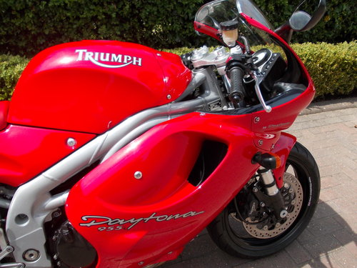 1999 TRIUMPH DAYTONA 955I.STUNNING TORNADO RED.£2975. For Sale (picture 1 of 6)