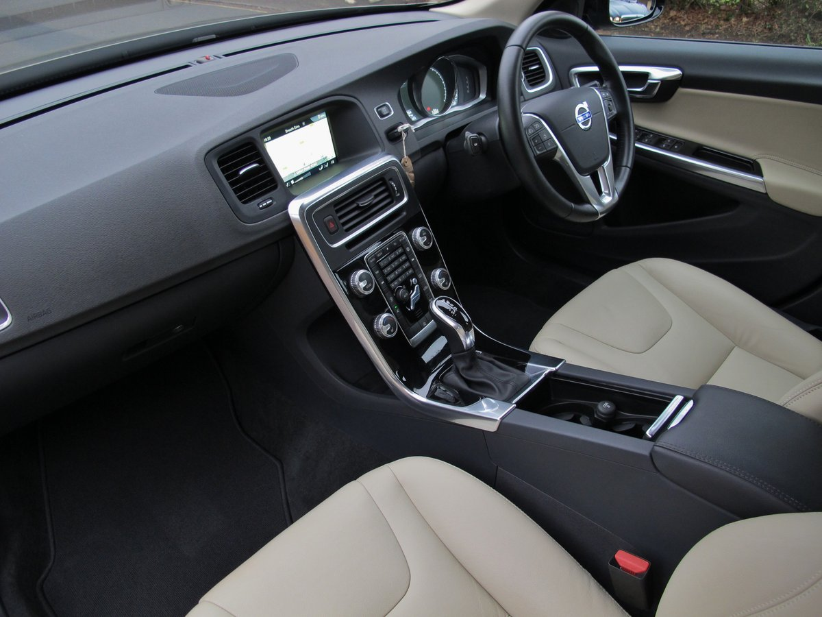 VOLVO V60 2.0 CROSS COUNTRY LUX NAV 2016 - 'TWILIGHT BRONZE' For Sale (picture 5 of 6)