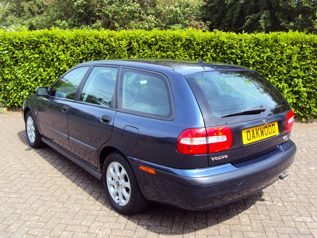 2001 A RARE LOW MILEAGE AUTOMATIC VOLVO V40 **NOW SOLD** For Sale (picture 4 of 6)